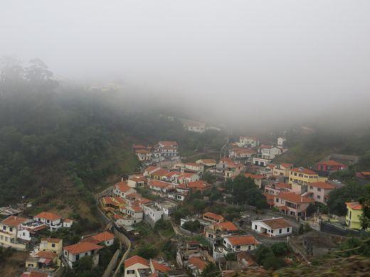 Mistig dorp